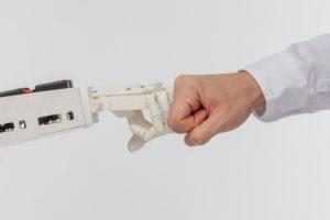 近未来の接客がロボット接客とヒューマン接客の二極化する?
